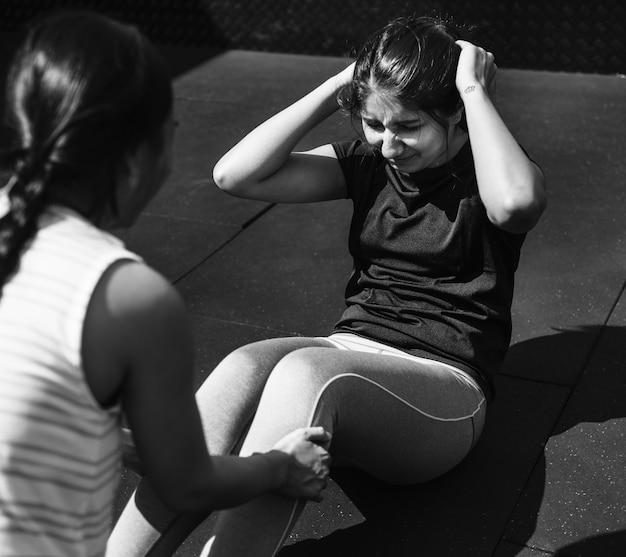 Mensen die trainen in de sportschool