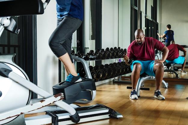 Mensen die trainen in een sportschool