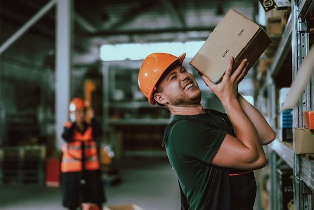 Mensen die uniforme en beschermende helmen dragen op het werk