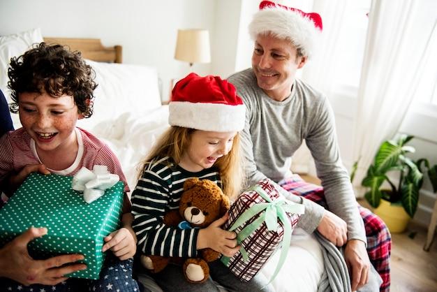 Mensen die van de vakantie van kerstmis genieten