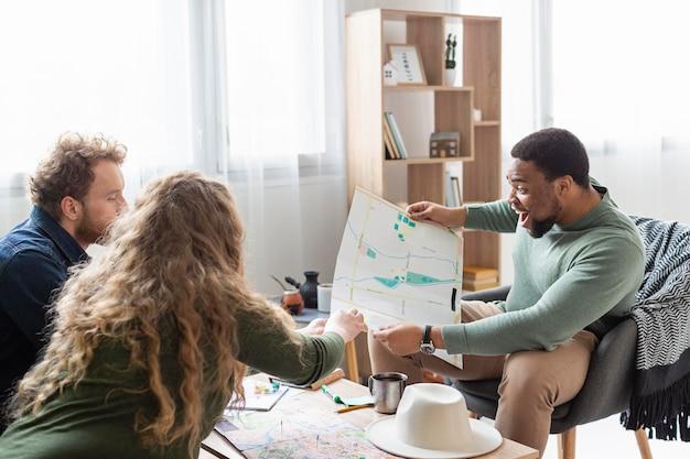 Mensen die vanuit een gemiddeld perspectief een reis plannen met kaart