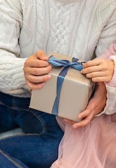 Mensen die verliefd zijn op geschenken in hun handen. selectieve aandacht. gelukkig.