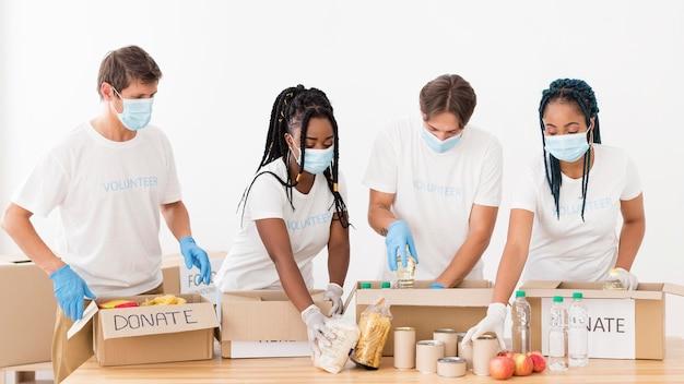 Mensen die verschillende pakketten met donaties voorbereiden