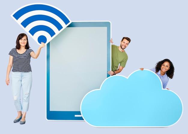 Mensen die verschillende pictogrammen in het thema van de draadloze en cloud-technologie