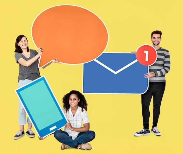 Mensen die verschillende soorten communicatie pictogrammen