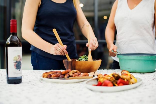 Mensen die voedsel voor partij voorbereiden