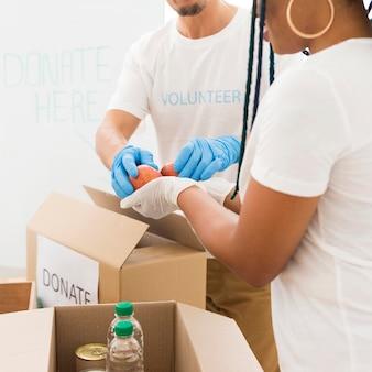 Mensen die vrijwilligerswerk doen voor speciale doelen