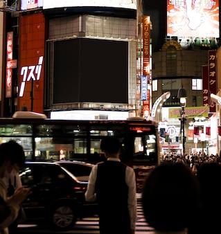Mensen die wachten op het licht om te draaien, zodat ze de straat in de stad kunnen oversteken
