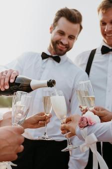 Mensen die wat drinken op een strandhuwelijk