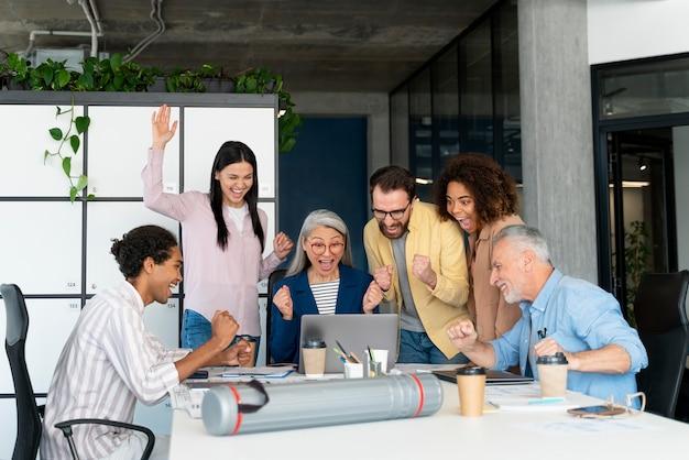 Mensen die werken als een teambedrijf