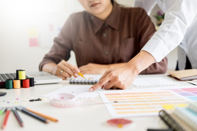 Mensen die werken als modeontwerpers en schetsen tekenen