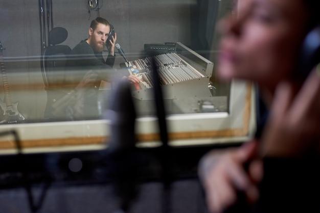 Mensen die werken in de opnamestudio