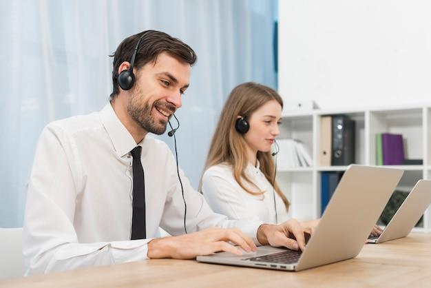 Mensen die werken in een callcenter