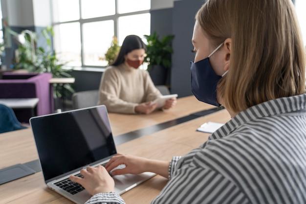 Mensen die werken met respect voor de beperking van sociale afstand