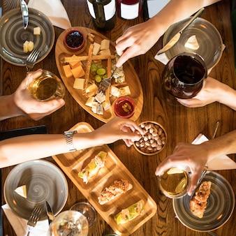 Mensen die wijn drinken, snacks eten in het restaurant, bovenaanzicht