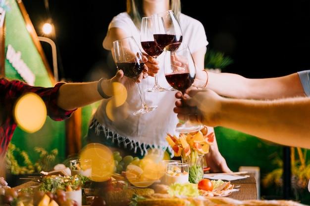 Mensen die wijn roosteren bij partij middelgroot schot