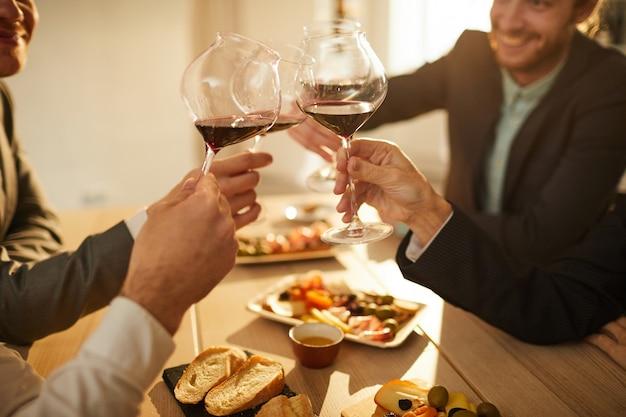 Mensen die wijnclose-up drinken