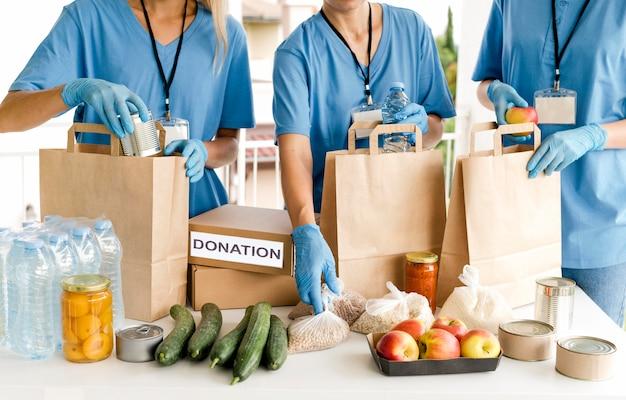Mensen die zakken met voorzieningen voor voedseldag voorbereiden