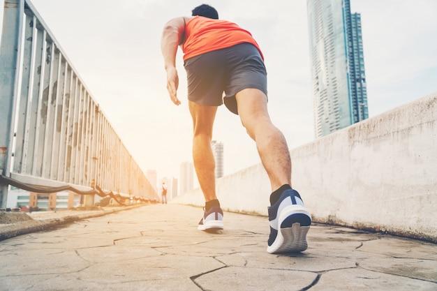 Mensen doen oefeningen en warmen op voordat ze rennen en joggen; gezonde levensstijl cardio samen buitenshuis