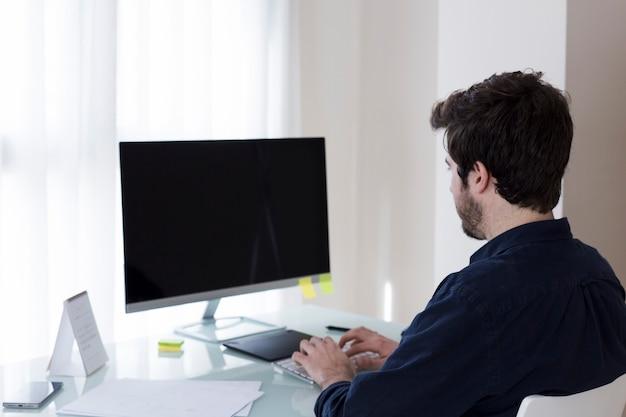 Mensen doorbladerende computer in bureau