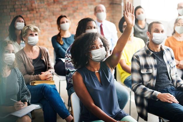 Mensen dragen masker tijdens workshop in het nieuwe normaal