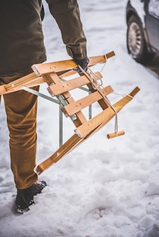 Mensen dragende slee in sneeuw