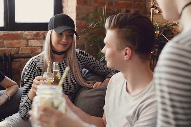 Mensen drinken en vieren aan de bar