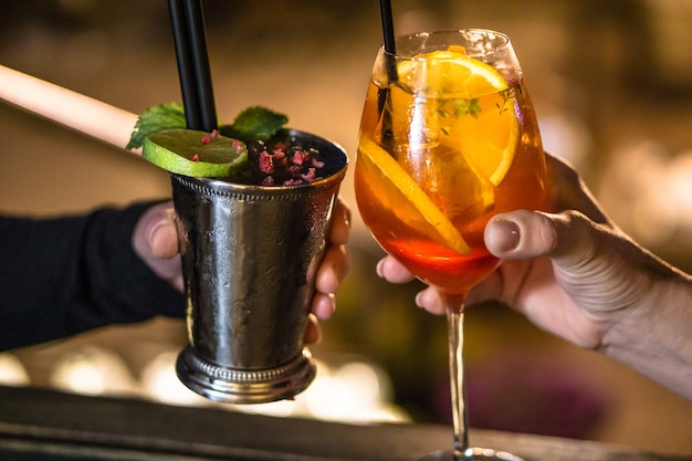 Mensen drinken samen een cocktail