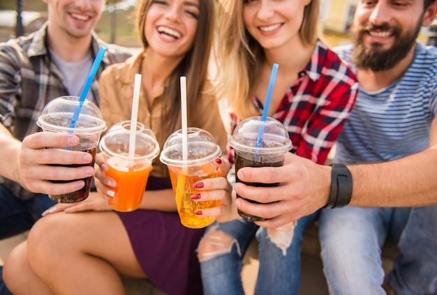Mensen drinken samen sap in de straat.