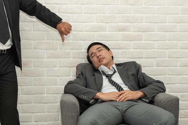 Mensen duimen af voor luie zaken die slapen op de coach.