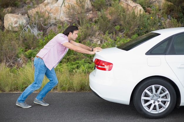 Mensen duwende auto na een autoanalyse