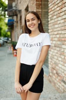 Mensen, emoties, natuurlijk, schoonheid en lifestyle concept - close-up fashion vrouw portret van jonge mooie trendy meisje poseren in de stad, zomer straatmode, lachen en lachend portret. trendy