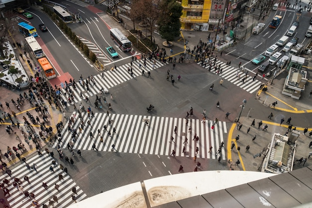 Mensen en auto menigte met areial uitzicht pedestrains kruispunt dwarsloop shibuya zebrapad