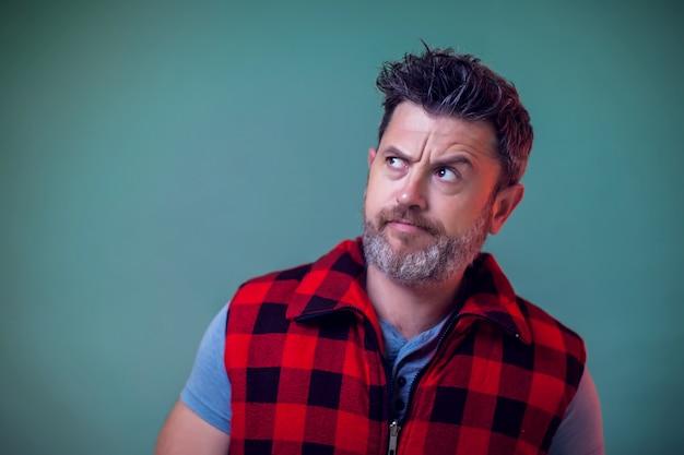Mensen en emoties - een portret van een man die aan iets denkt