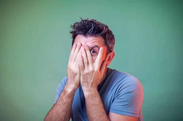 Mensen en emoties - een portret van een man die ergens bang voor is