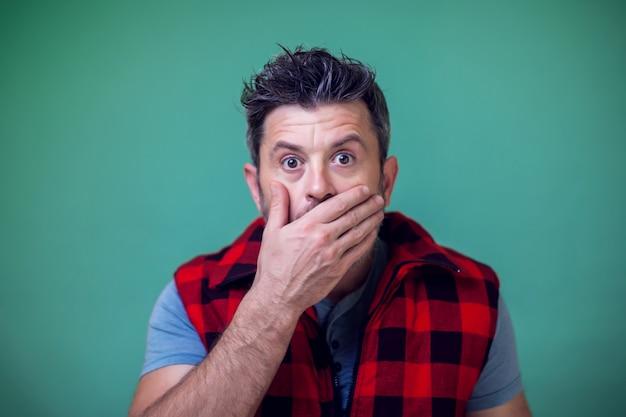 Mensen en emoties - een portret van een man die ergens over verrast is