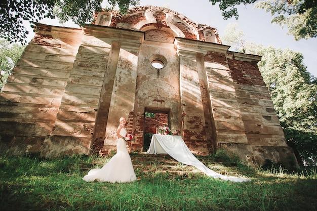 Mensen en evenementen .romantisch huwelijksdiner in de buurt van het oude kasteel