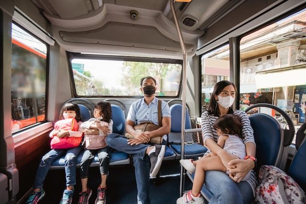 Mensen en kinderen die 's ochtends in het openbaar vervoer naar kantoor en school gaan