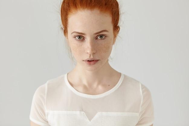 Mensen en levensstijl. schoonheid en mode. portret van vertrouwen jonge gember vrouw met mooi gezicht
