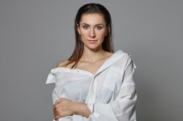 Mensen en levensstijlconcept. foto van sensuele sexy prachtige vrouw met natte losse haren en lichte make-up