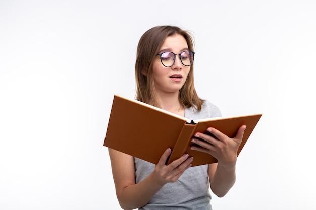 Mensen en onderwijsconcept. aantrekkelijke vrouw die een boek leest.