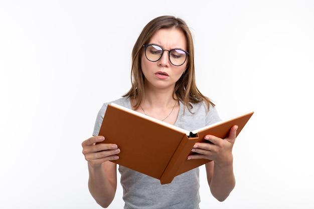 Mensen en onderwijsconcept aantrekkelijke vrouw die een boek over witte achtergrond leest