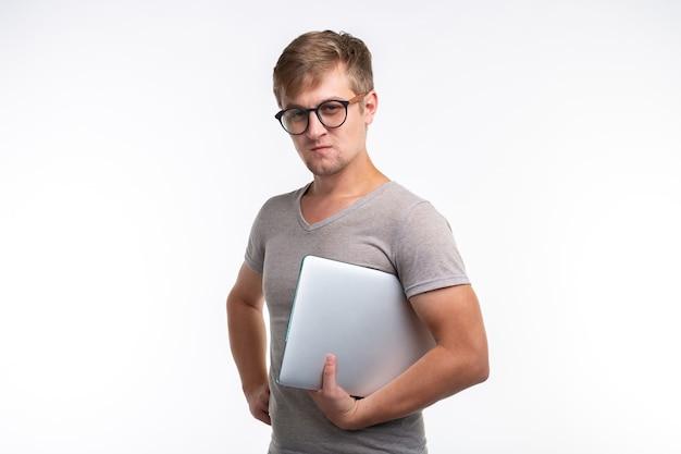 Mensen en onderwijsconcept. jonge mannelijke student met een laptop