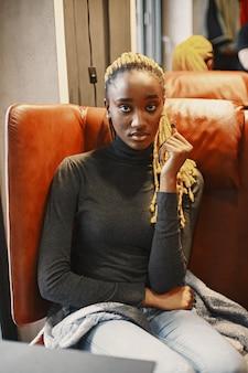Mensen en vrije tijd concept. headshot van mooi afrikaans meisje. vrouw in een grijze trui.