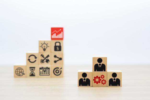 Mensen en zakelijke symbolen met houten blok.