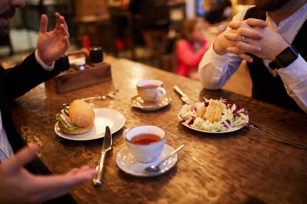 Mensen eten in restaurant
