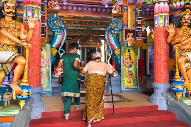 Mensen gaan naar een indiase tempel op het eiland mauritius in de indische oceaan.
