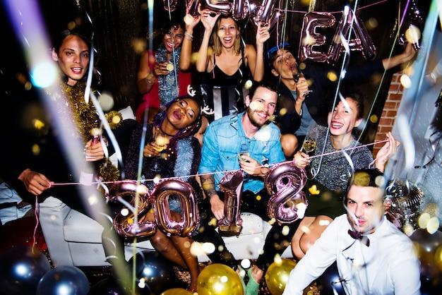 Mensen genieten van een feestje