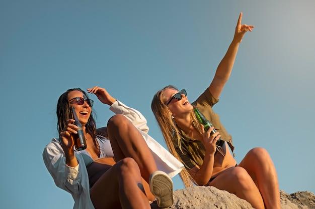 Mensen genieten van het leven na covid vrijheid