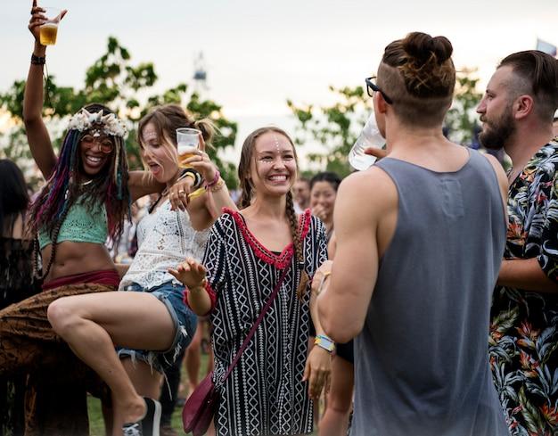 Mensen genieten van live muziek concert festival